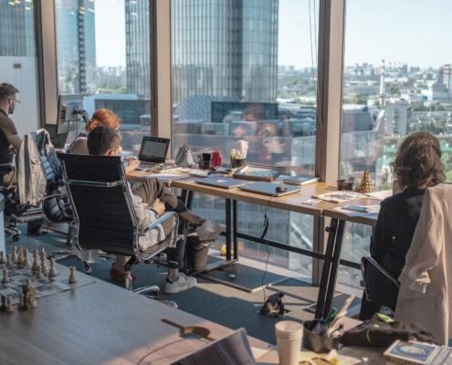 Büro Menschen mit Aussicht