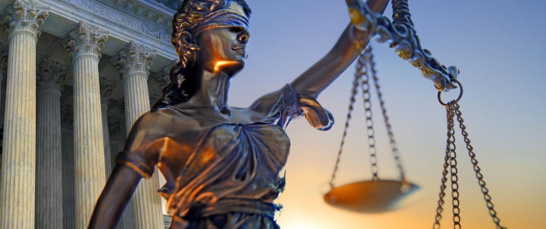 Gericht und Statue zum Thema Recht