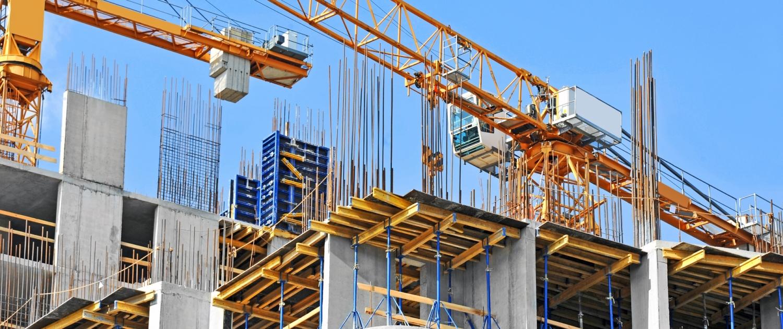 Baustelle mit Kran und Gebäuden
